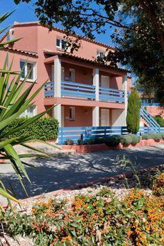 Résidence Malibu, des petits bâtiments aux façades colorées.