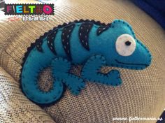 Camaleón hecho a mano en fieltro turquesa con rayas negras. Handmade turquoise felt chameleon with black strokes.
