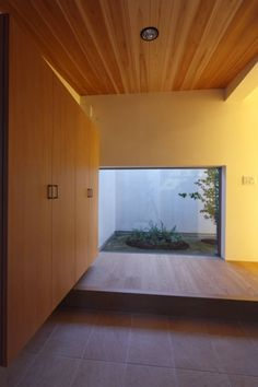 アーキシップス古前建築設計事務所 の モダンな 壁&床 キッチンの家 玄関夕景