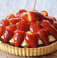 Jordbærtærte med mazarinbund og vaniljecreme - Madens Verden Fruit Salad, Waffles, Muffin, Strawberry, Breakfast, Desserts, Food, Drinks, Kuchen