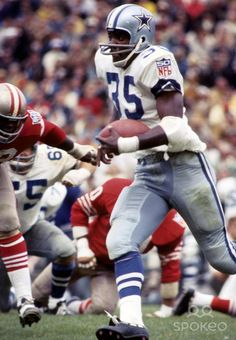 Dallas Cowboys running back Calvin Hill (35) carries the ball against the San Francisco 49ers at Kezar Stadium.