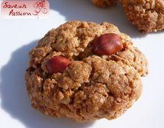 J'avais déjà réalisé des cookies classiques aux cacahuètes , j'ai récidivé en allégeant un peu en beurre et en remplaçant par du tahiné (purée de sésame), qui parfume délicieusement le salé comme le sucré. Ces cookies aux flocons d'avoine, tahiné et cacahuètes...