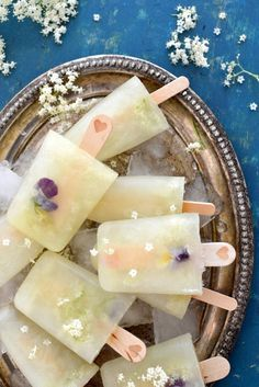 Lickably Luscious: Elderflower Popsicles {with Edible Flowers} - Spice in the City Frozen Desserts, Frozen Treats, Just Desserts, Dessert Recipes, Baking Desserts, Frozen Cocktail, Yummy Treats, Yummy Food, Popsicle Recipes