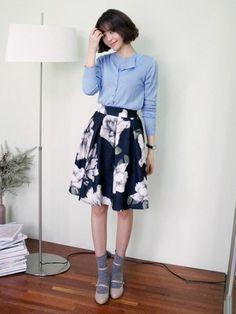 大柄の花柄スカートにパンプス&ソックスでフェミニン度◎ 花柄フェミニン スタイル ファッション コーデ♡