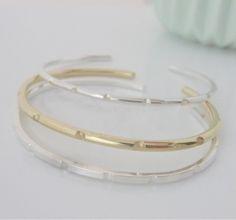 Silver or gold-plated brass braceletTexto en castellano Pulsera de plata o latón con baño de oro Photo by Natalia Serna