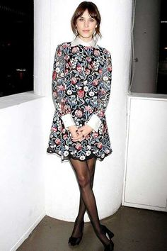 Geniş yakalı, çiçekli bir retro elbise sayesinde 60'ların havasını yakalayabilirsiniz...