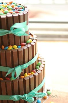 M/Kit Kat Cake (Instructions: Place Twix bars around 3 increasingly larger empty tubs & secure w/ribbon. Fill each tier w/M 'til full. Place each tier on top of the other to create cake.) YOU HAD ME AT KIT KAT. Pretty Cakes, Cute Cakes, Beautiful Cakes, Amazing Cakes, Yummy Treats, Delicious Desserts, Sweet Treats, Dessert Recipes, Candy Cakes