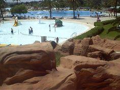 Obras de tematización realística realizadas en Parque temático Aquacity / Mallorca. Muy buen resultado estético y excelente duración de las instalaciones. Sector de Piedras y piscina.