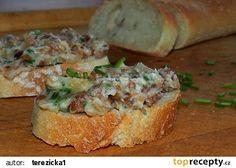 Škvarková pomazánka se smaženou cibulkou recept - TopRecepty.cz Pesto, Baked Potato, Potatoes, Bread, Baking, Ethnic Recipes, Food, Catalog, Potato