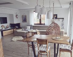 Krzesła w jadalni prezentują się całkiem zwyczajnie i wpisują się w tradycyjny styl, jednak stół przyciąga do siebie...