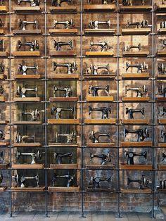 Singer :: Mur créé avec de vieilles machines à coudre Singer dans une boutique de New York. J'ai trouvé l'idée géniale!