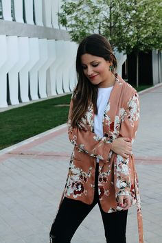 Spring outfit wearing floral #kimono, black #jeans and green earrings #Fashion #style
