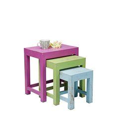 Set di 3 tavolini impilabili realizzati in legno di mango, decorati a mano con effetto anticato.