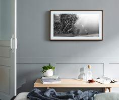 The Frame zeigt Kunstwerke an der Wand über einem Regal.