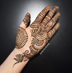 Simple Mehendi designs to kick start the ceremonial fun. If complex & elaborate henna patterns are a bit too much for you, then check out these simple Mehendi designs. Easy Mehndi Designs, Henna Hand Designs, Dulhan Mehndi Designs, Latest Mehndi Designs, Bridal Mehndi Designs, Mehandi Designs, Mehndi Designs Finger, Palm Mehndi Design, Mehndi Designs For Girls