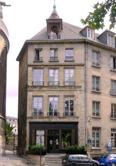 Paris IV - Angle de la rue de Brosse et de la place Saint-Gervais - Maison des Compagnons du Devoir .