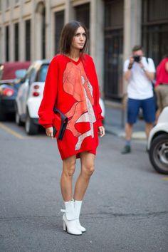 Dieser Look verbindet zwei Trends: Pulloverkleid in der Trendfarbe Rot und weiße Stiefeletten.