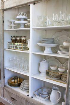 China Cabinet Decor, Dish Cabinet, China Cabinets, Curio Cabinets, Storage Cabinets, Ideas Para Organizar, White Napkins, White Dishes, Home Interior