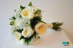 옅은 노란색의 페이션스 가든로즈와 초록색의 레몬트리잎, 화이트송이가 조롱조롱 달린 라이스플라워를 믹스한 페이션스 가든로즈부케 Flower Designs, Blossoms, Wedding Bouquets, Romance, Flowers, Romance Film, Romances, Wedding Brooch Bouquets, Bridal Bouquets
