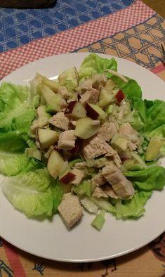 Lehký, svěží a zdravý salát s kuřecím masem a avokádem.