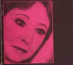 Anaïs Nin, « la dévoreuse d'intellectuels » comme aiment l'appeler ses détracteurs, est une écrivaine qui sut jouer de sa plume pour exister socialement à une époque où les femmes n'avaient pas encore leur place dans le milieu littéraire. Son thème de prédilection : l'amour sous toutes ses coutures. Dans les années 1940, un mystérieux collectionneur commande au couple mythique Miller/Nin de nombreuses histoires érotiques dont le mot d'ordre est le sexe. À l'époque Anaïs Nin n'a pas…