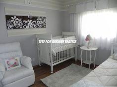um quarto com motivo jardim em cores sóbrias, mas nem por isso sem o encanto que o espaço pede