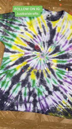 Fête Tie Dye, Tie Dye Tips, Tie Dye Party, Kids Tie Dye, How To Tie Dye, Tye Dye, Tie Dye Instructions, Tie Dye Tutorial, Black Tie Dye Shirt