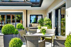 Terrasse...gerne servieren wir frische Säft, Tee, Kaffee....zu Ihnen hinaus, damit Sie die Sonnenstrahlen genießen können! :)