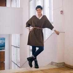 Доброе утро, мои хорошие. Краткий и образный мк по платью #ось_земная , #униформа_психов Эта вещь в зависимости от вашего исполнения может стать как платьем, так и туникой. На снимках хорошо видно, что один размер с приличной свободой облегания отлично подходит дамам размера от 42-го до 50-го. Размер исполнения может быть варьироваться в длину и в ширину. Не все согласны с такой свободой, так что вяжем на себя и по своим меркам и своей петельной пробе. Это платье имеет форму перевёрнутой ...
