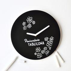 Nowoczesny zegar ścienny z powierzchnią tablicową - NIUS SHOP  Prezentujemy nowy zegar zaprojektowany i wykonany w Polsce przez Pracownię Projektową NIUS.   Tarcza zegara to tak na prawdę...