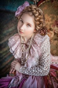 Красивая девушка в дизайнерском платье