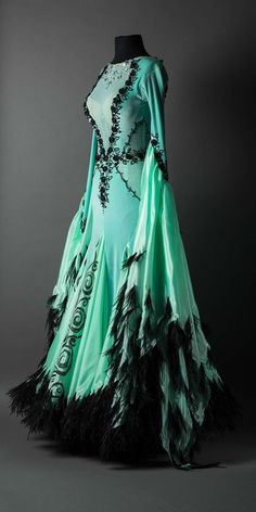 Mint velet standard with flowers and black feathers - . - Mint velet standard with flowers and black feathers – … Mint velet standard with flowers and black feathers – - Pretty Outfits, Pretty Dresses, Beautiful Outfits, Dress Outfits, Fashion Dresses, Prom Dresses, Dance Fashion, Women's Fashion, Fashion Trends