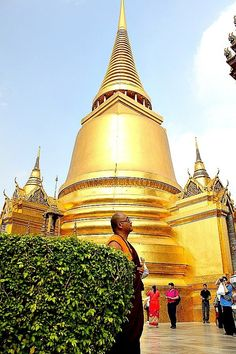 The Grand Palace complex is situated on the banks of the Chao Phraya River and is surrounded by four walls with a combined area of 218,400 square metres.