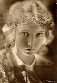 Another silent star who started young. Here she is at eighteen when she started, being born in She managed to continue a stuttering career into the talkie era, eventually living in Britain in order to find work. Silent Film Stars, Movie Stars, Classic Hollywood, Old Hollywood, Bessie Love, Sound Film, Actrices Hollywood, Divas, Love Photos