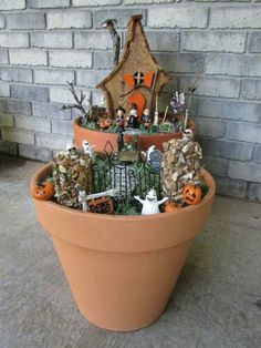 The last one should be on every porch this Halloween Spooky Halloween, Halloween Village, Theme Halloween, Costume Halloween, Holidays Halloween, Halloween Crafts, Holiday Crafts, Halloween Garden Ideas, Adornos Halloween