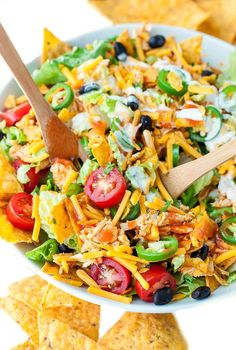 Your plate called. It wants you to make this Buffalo Chicken Taco Salad, stat! T… Your plate called. It wants you to make this Buffalo Chicken Taco Salad, stat! This is totally my new favorite way to use up leftover chicken! Taco Salad Recipes, Green Salad Recipes, Taco Salads, Mexican Food Recipes, Big Salads, Chopped Salads, Lettuce Salads, Dessert Recipes, Desserts