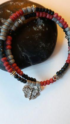 Armband memory wire . Rood , grijs en zwarte kleine kralen, metalen tussenkraaltjes  en DQ metalen bedel.