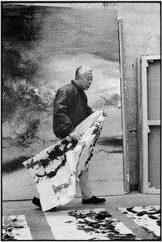 Zao Wou-Ki in his studio, France. (bron: Magnum Photos , foto: Martine Franck)