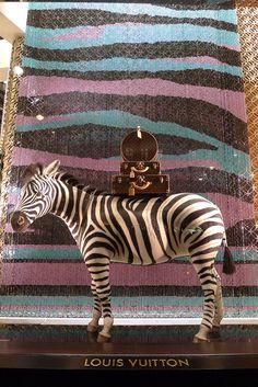 Vitrines Louis Vuitton Champs-Elysées - Paris, janvier 2011 www.instorevoyage.com   #in-store marketing #visual merchandising