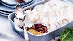 Rabarberkage er super nem at lave, og den sprøde marengs på toppen giver et godt modspil til den svampede kagebund