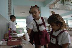 Niñas en su escuela. Cursando el primer año de estudio. Cuba