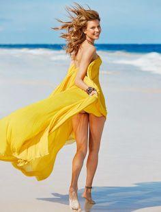 платье, Chloé; браслеты Summer Lover, Frankie by Melissa; браслет на ноге…