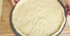 Ze legt deeg neer op een pizza blik. Maakt ze pizza? Nee, dit is echt 10 x lekkerder dan pizza!