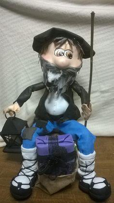 Fofucho gigante...mas de 70 cm...caracterizado como Olentzero... personaje de tradición vasco, carbonero, que el 24 de diciembre trae regalos como Papa Noel a los niños.