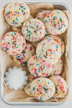 This Funfetti Butter Cookies recipe gives you gooey, buttery cookies that are melt-in-your-mouth good that are perfect to make for any occasion! Cake Batter Cookies, Funfetti Cookies, Sprinkle Cookies, Sugar Cookies, Cupcakes, Pavlova, Cookie Recipes, Dessert Recipes, Desserts