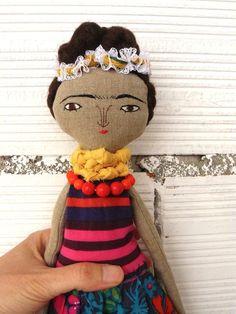 Muñeca Frida Kahlo en algodón y lino. Número 2 de la serie de Frida Kahlo. 33 centímetros de AntonAntonThings en Etsy