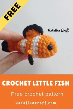 Find here a free pattern for an adorable tiny crochet fish. It is the perfect size to make a fish in a jar Free crochet pattern clownfish. You will find here an awesome, quick and easy crochet pattern for a baby clownfish. Crochet Fish Patterns, Crochet Amigurumi Free Patterns, Crochet Dolls, Crochet Simple, Cute Crochet, Quick Crochet Gifts, Crotchet, Crochet Mignon, Confection Au Crochet