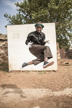 One member from Vila Coster showing his athleticism in the street of West Rand Township. Chris Saunders Pantsula, a dance that is more like a way of life, captivated Chris Saunders, who set out to document a subculture with roots in jazz and hip-hop. Future Concept Cars, Collage Sculpture, African Dance, Internet Art, Alfred Stieglitz, Glitch Art, African Culture, Magnum Photos, The St
