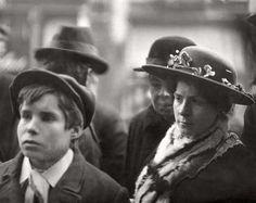 1 April-grappen : Het tijdschrift Het Leven publiceerde rond 1 april 1917 een vals artikel over Groote de Groot-aardappelen. Hier staan mensen staan te kijken naar de zogenaamde aardappels in een etalage. Nederland, 1917.