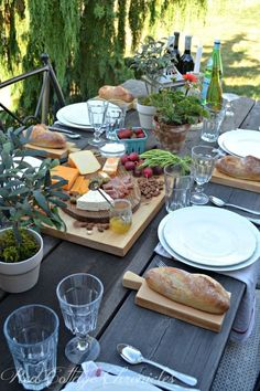 Dining alfresco means leaving the rush behind and relaxing with friends Essen im Freien bedeutet, die Hektik hinter sich. Plateau Charcuterie, Snacks Für Party, Al Fresco Dining, Food Presentation, Outdoor Dining, Rustic Outdoor, Tablescapes, Table Settings, Place Settings